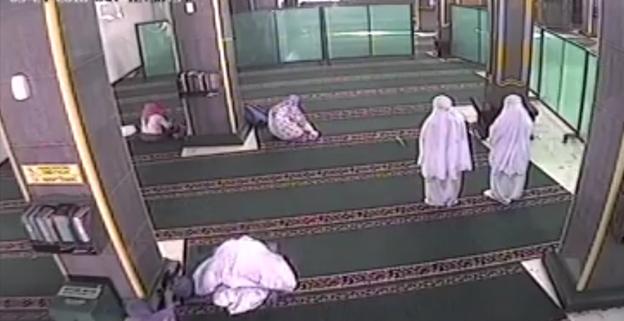 kamera cctv masjid, terekam kamera cctv, kasus cctv, pencurian terekam cctv